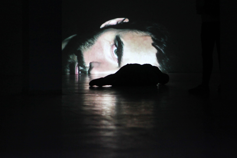Goran Škofić: FACING (audio-video installation), 2013, Video Full HD, projection on the margin of the wall (size: 150 x 85 cm), 0'57'', loop Foto: Goran Škofić; Abdruck honorarfrei bei Namensnennung