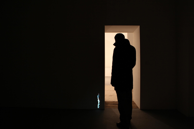 Goran Škofić: PUSHING, 2014, video installation at the corner of the wall, 02'35'', loop, Size: 35 cm high Foto: Goran Škofić; Abdruck honorarfrei bei Namensnennung