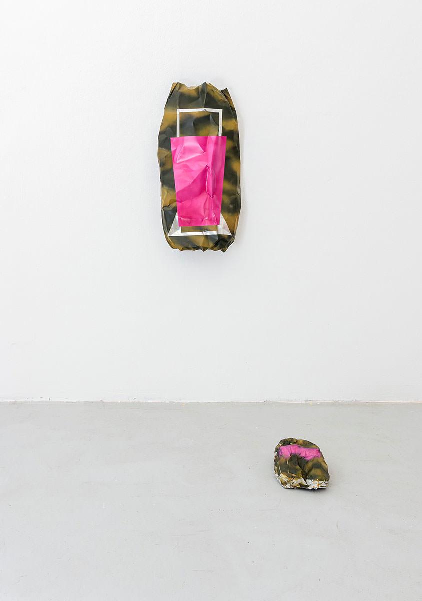 Manuel van der Veen - Flatbag (hunters camouflage), 2019, 80 x 70 cm, Lack auf Weißblech, verzinkt - airdrawing (hunters coumflage), 2020, Lack auf Alublech, Größe 39  Foto: Max Hild Copyright: Manuel van der Veen