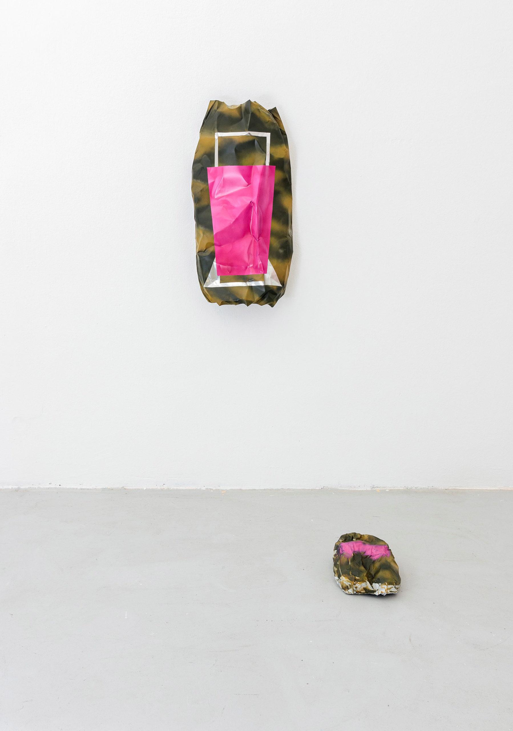 Ein Objekt an der Wand, eins am Boden. Beide undefinierbar und punk.