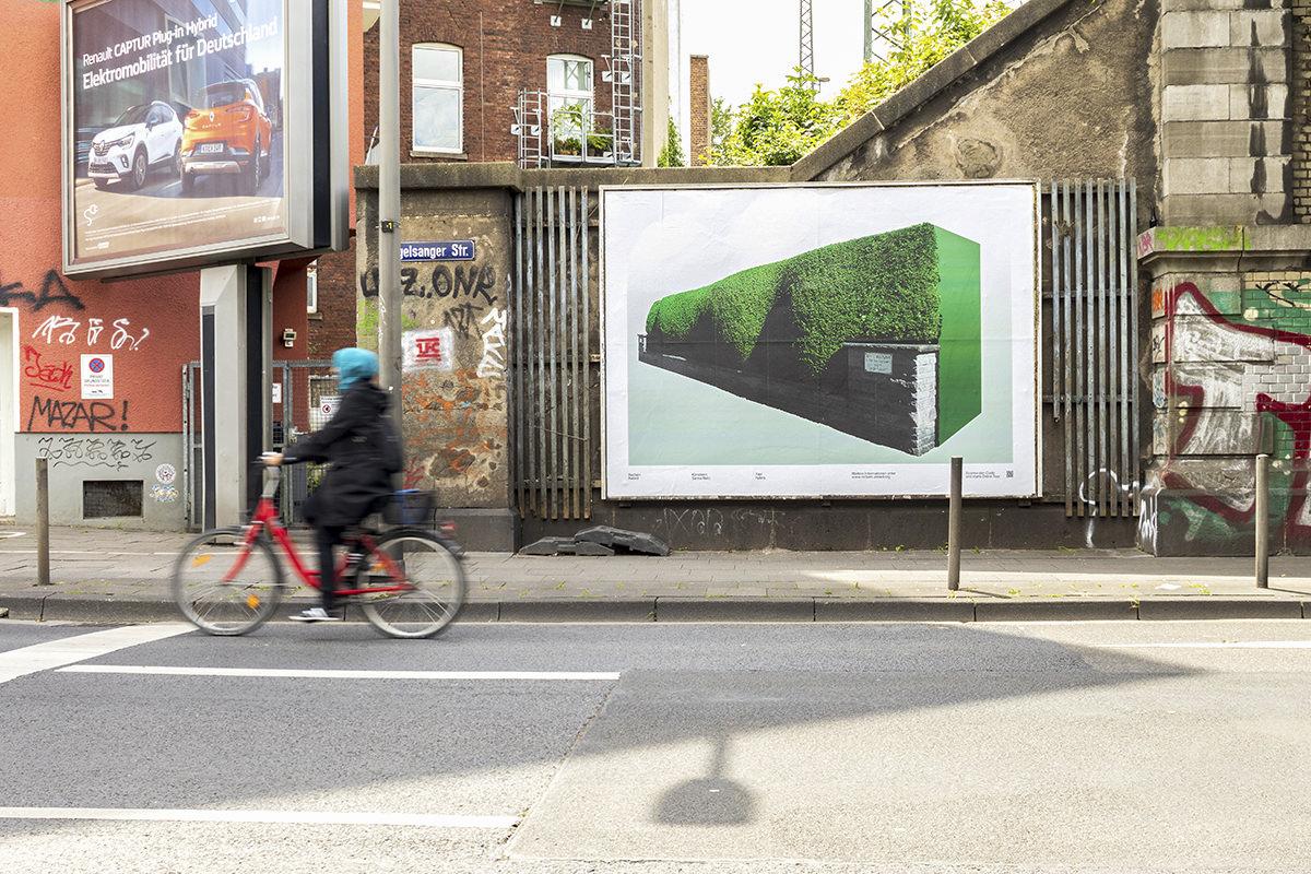 Strassenansicht mit großem Plakat einer grünen Wand