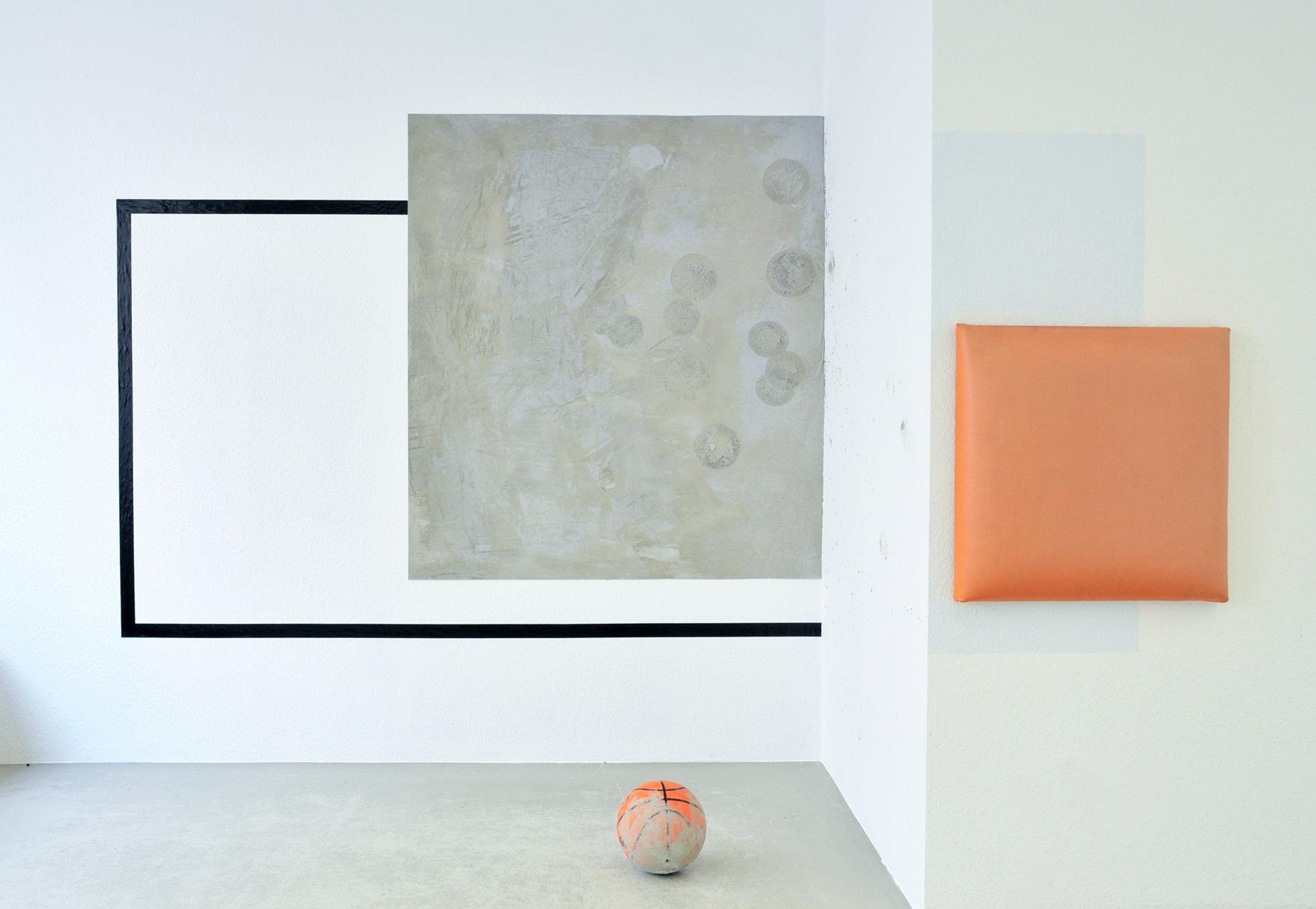 Ausstellungsansicht: geometrische Wandmalerei und monochrome Bilder