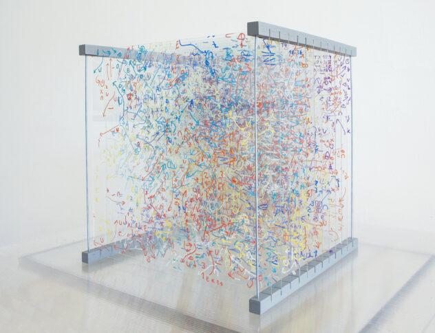 Darja Shatalova, T3(VG), 50 x 50 x 50 cm, Permanentmarker auf Kunststoffglas, lackierte Holzleisten, Gewindestangen, 2020, Fotonachweis: Darja Shatalova