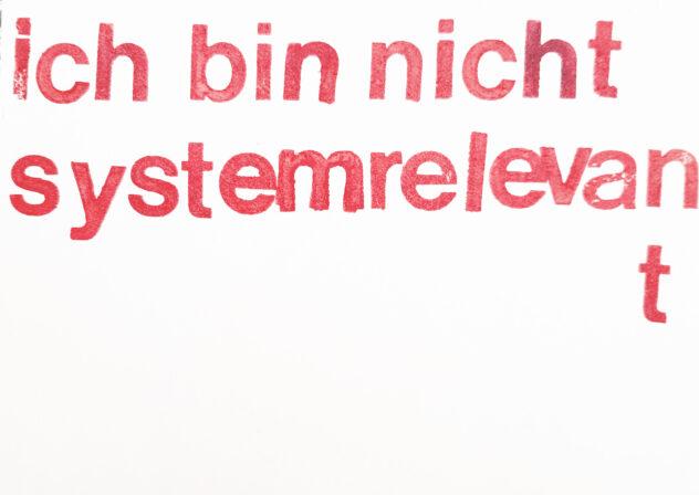 Ilse Ermen, Ich bin nicht systemrelevantA5 Siebdruckkarton, Stempel2020 Identités  électives / Serie von Postkarten in variablen Kombinationen, seit 2018