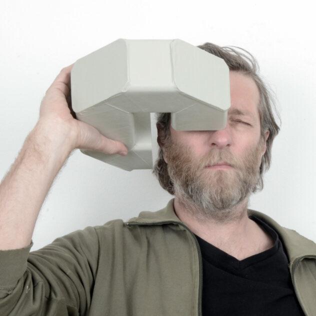 Wendelin Pressl, Der Antikommunikator  2021  Objekt aus Kartonrohren und Spiegel, das benutzt werden kann  ca. 23 x 30 x 9 cm  Foto: Atelier Pressl  Bildrecht ja